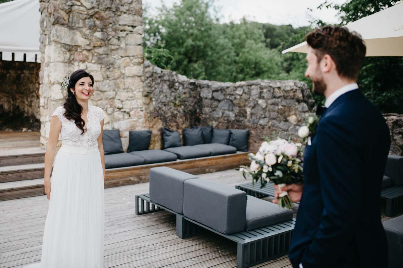Braut und Bräutigam sehen sich zum ersten Mal
