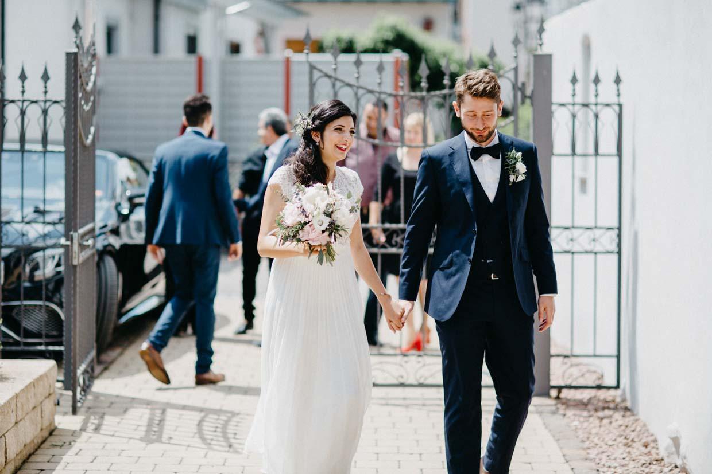 Braut und Bräutigam gehen ins Standesamt
