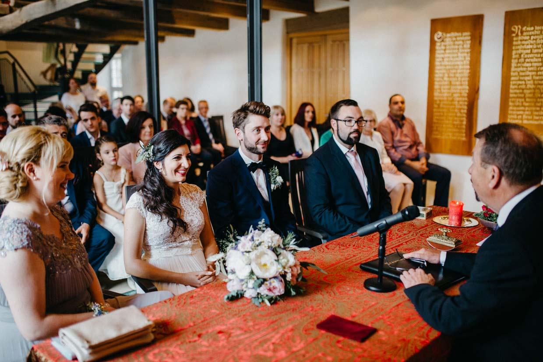 Brautpaar und Hochzeitsgesellschaft beim Standesamt