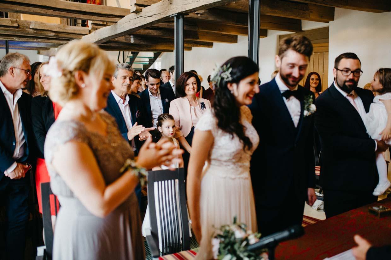 Hochzeitsgäste freuen sich im Hintergrund während der Trauung