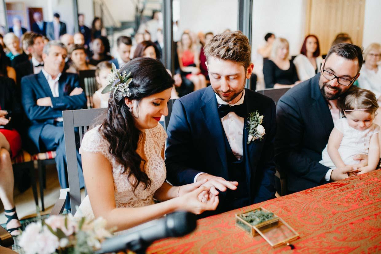 Brautpaar legt die Ringe an