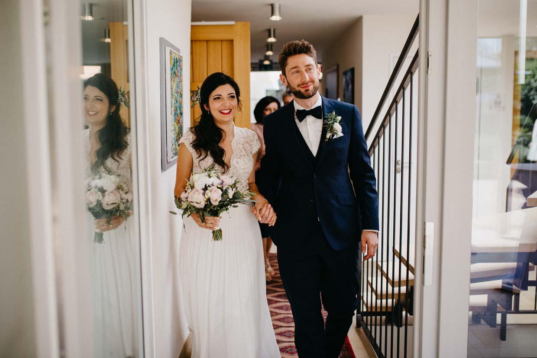 Brautpaar beim Auszug aus dem Standesamt