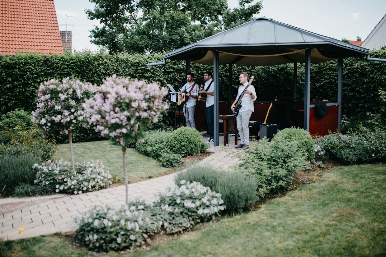 Band steht unter einem Pavillon und spielt