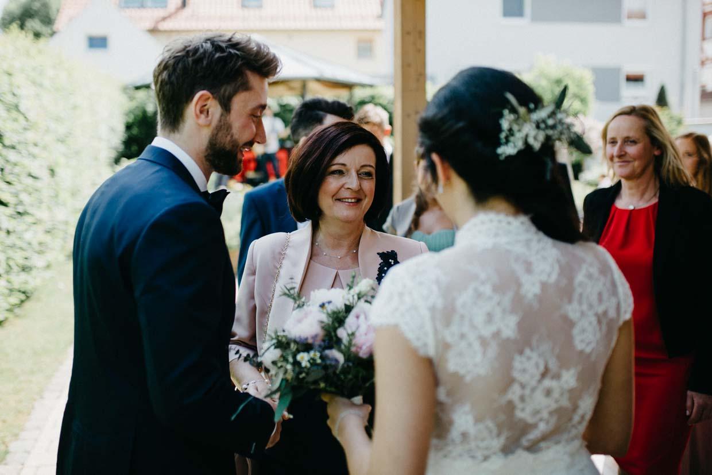Brautmutter gratuliert dem Brautpaar