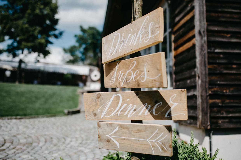 Richtungsschilder aus Holz für Drinks, Süßes und Dinner