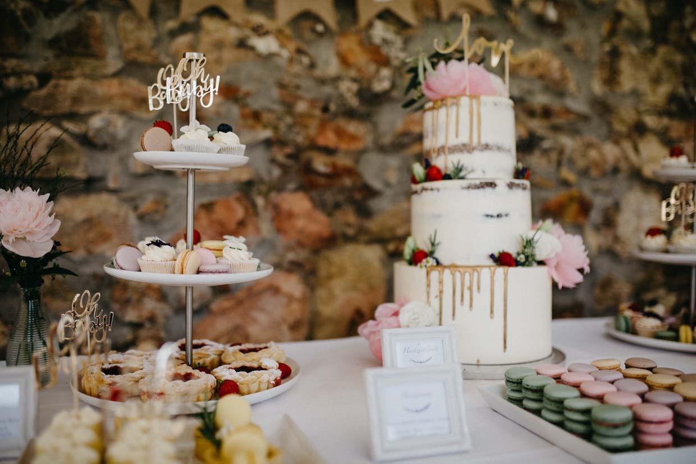 Detailaufnahme Hochzeitstorte und Cupcakes