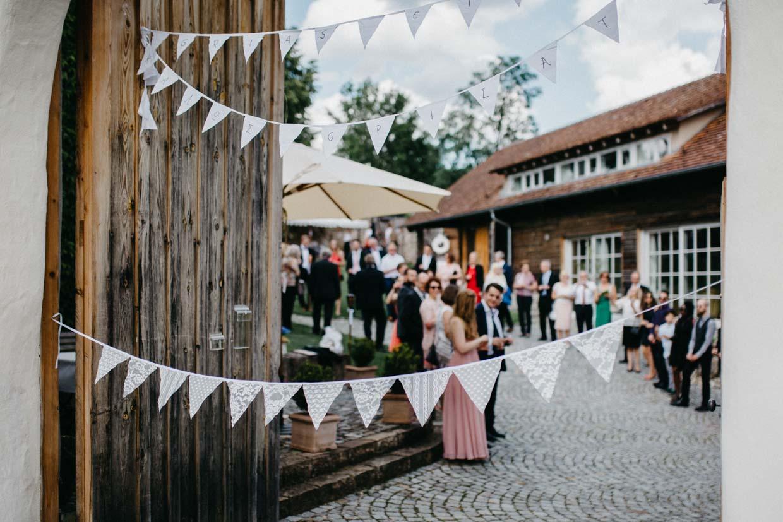 Hochzeitsgäste bilden Spalier und warten auf die Gäste