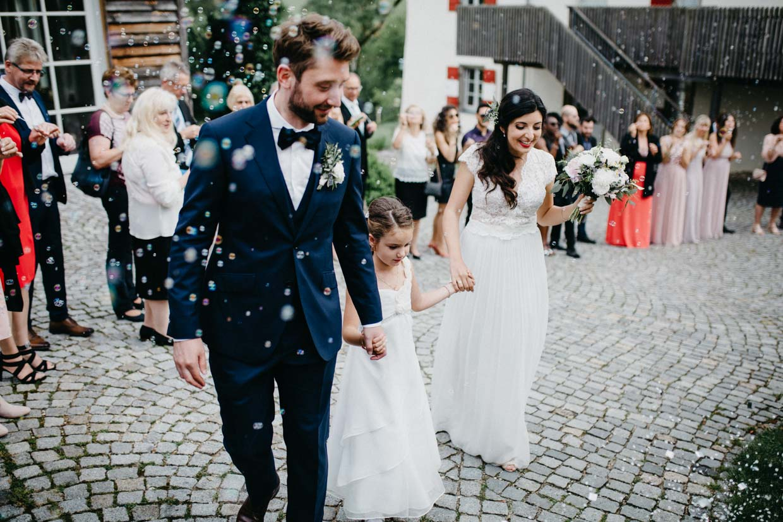 Brautpaar wird mir Seifenblasen empfangen