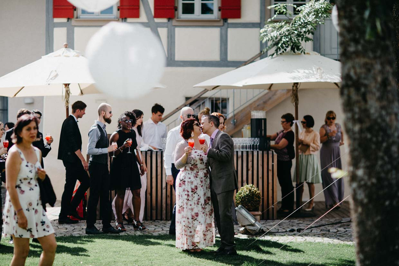 Hochzeitsgäste beim Sektempfang