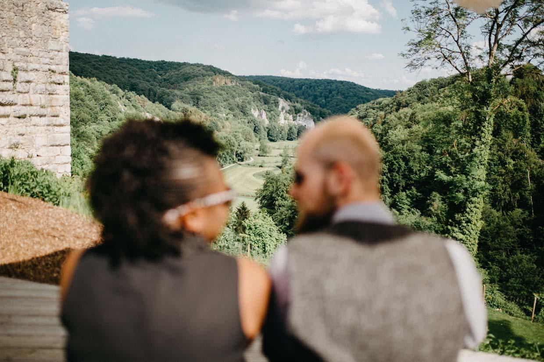 Hochzeitsgäste genießen die Aussicht