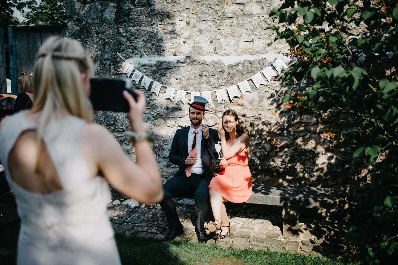 Hochzeitsgäste machen Polaroidbilder