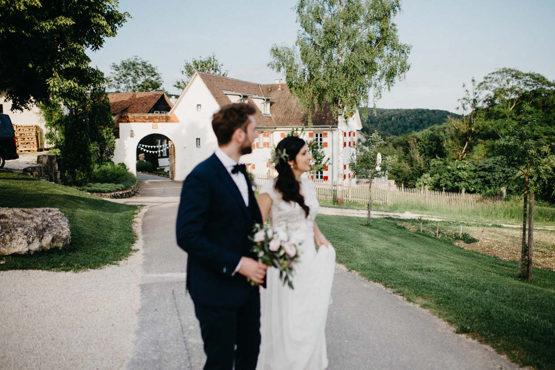 Brautpaar geht auf dem Hofgut Maisenburg zum Paarshooting