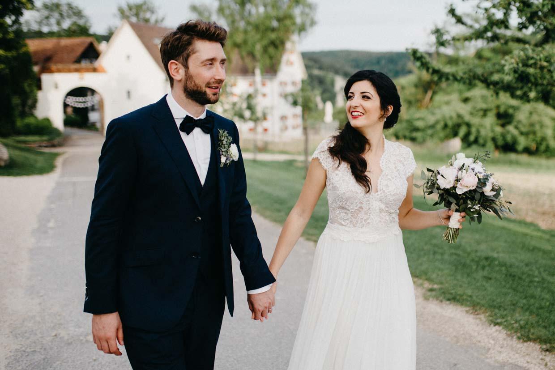Brautpaar Hand in Hand beim Paarshooting