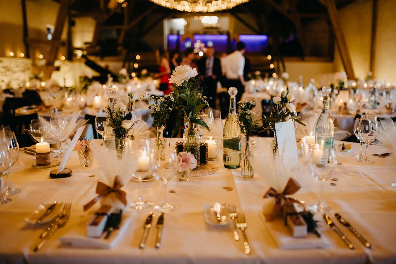 Detailaufnahme eines dekorierten Hochzeitstisches