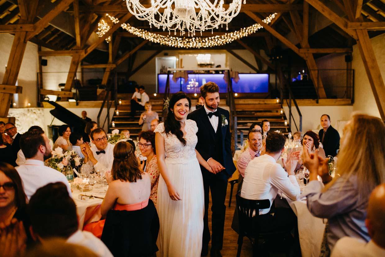 Brautpaar wird im Saal von den Hochzeitsgästen empfangen