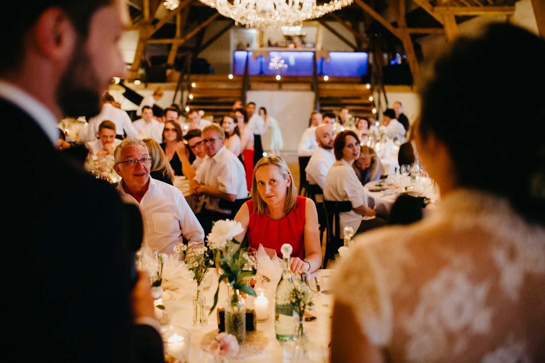 Hochzeitsgast hört während der Rede des Brautpaares gespannt zu
