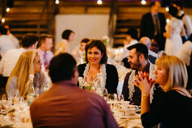 Hochzeitsgäste unterhalten sich am Tisch