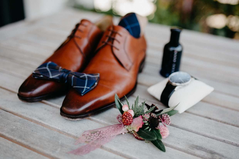 Details des Bräutigams beim Getting Ready