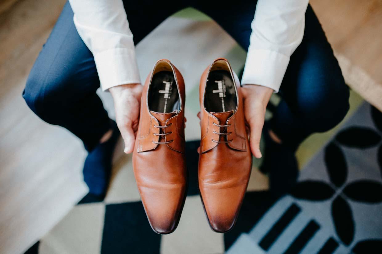 Bräutigam hält seine Schuhe