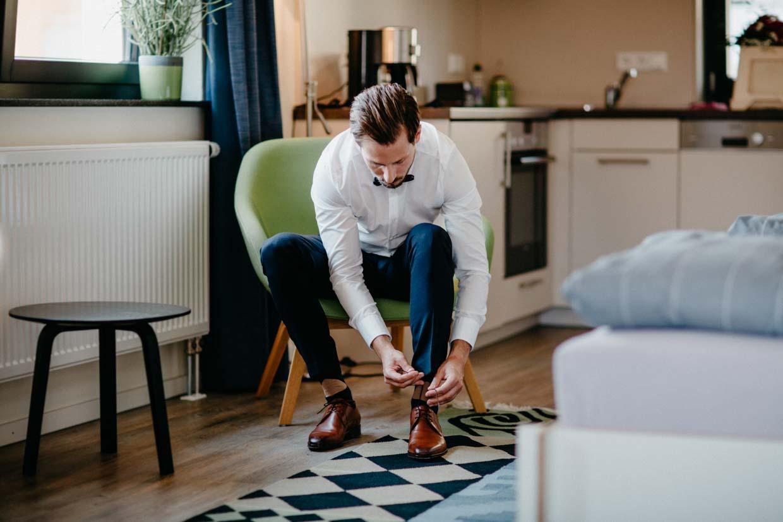 Bräutigam bindet seine Schuhe