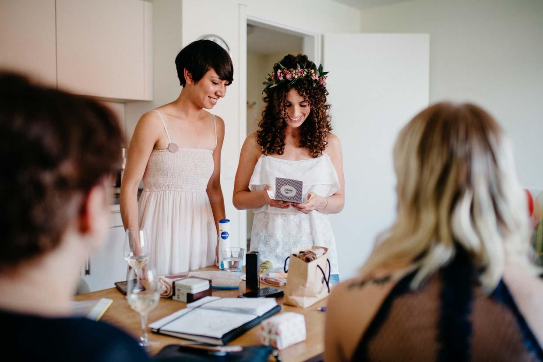 Braut und Feundinnen beim Getting Ready