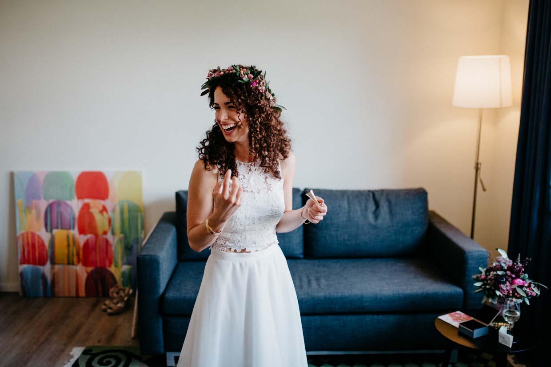 Braut lacht beim Getting Ready