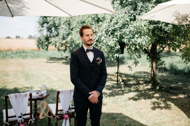 Bräutigam wartet auf die Braut