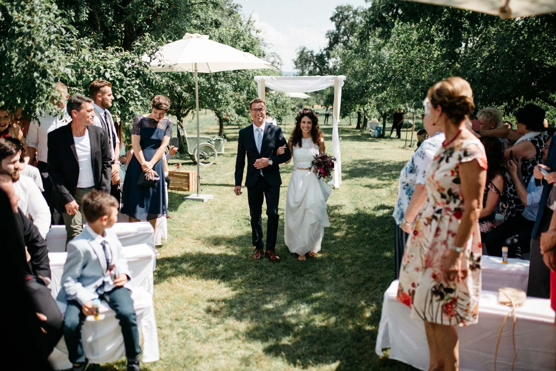 Brautvater bringt die Braut nach vorne