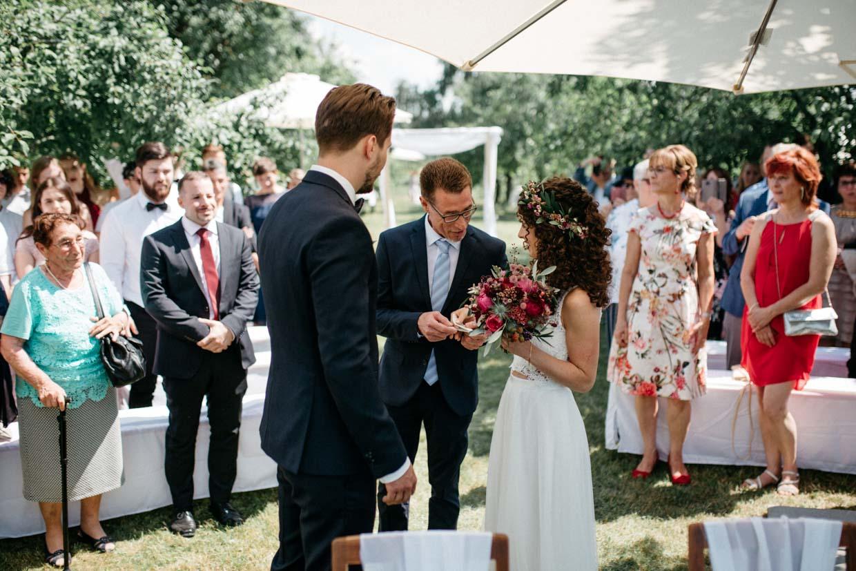 Brautvater übergibt die Braut dem Bräutigam