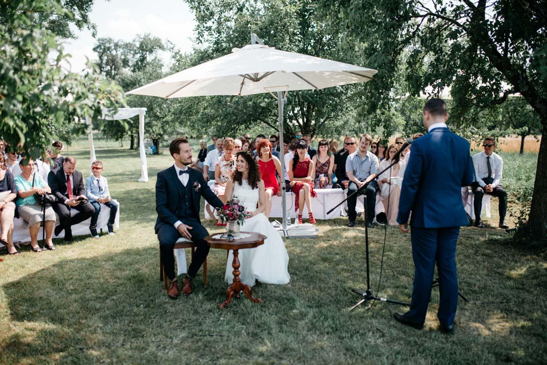 Braut schaut den Bräutigam während der freien Trauung an und lacht