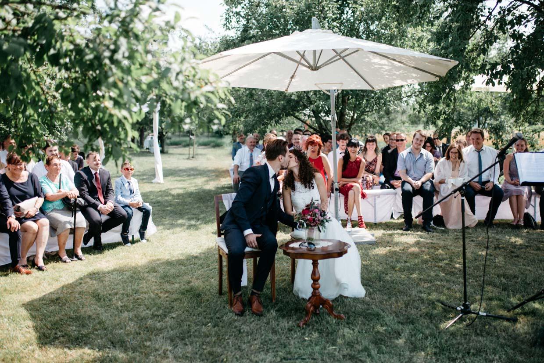 Brautpaar küsst sich während der freien Trauung