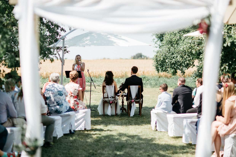 Hochzeitssängerin während der freien Trauung