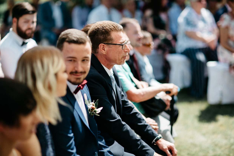 Hochzeitsgäste während der freien Trauung