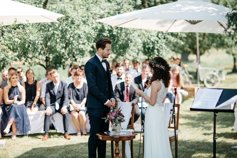 Brautpaar steht sich gegenüber und gibt sich das JA-Wort