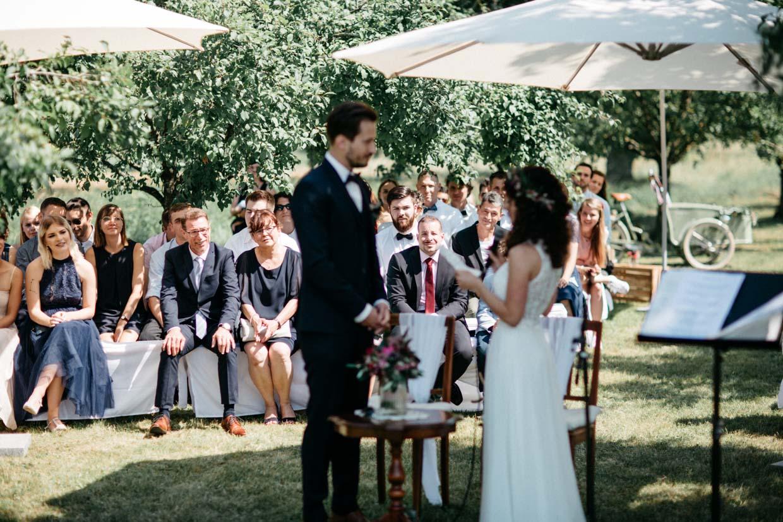 Emotionen der Hochzeitsgäste während des JA-Wortes