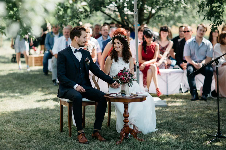 Brautpaar schaut sich an und freut sich