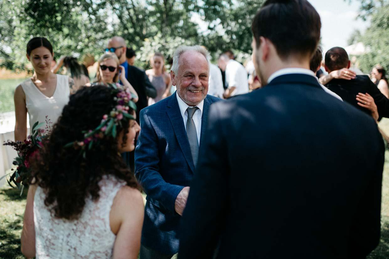 Hochzeitsgast gratuliert dem Brautpaar