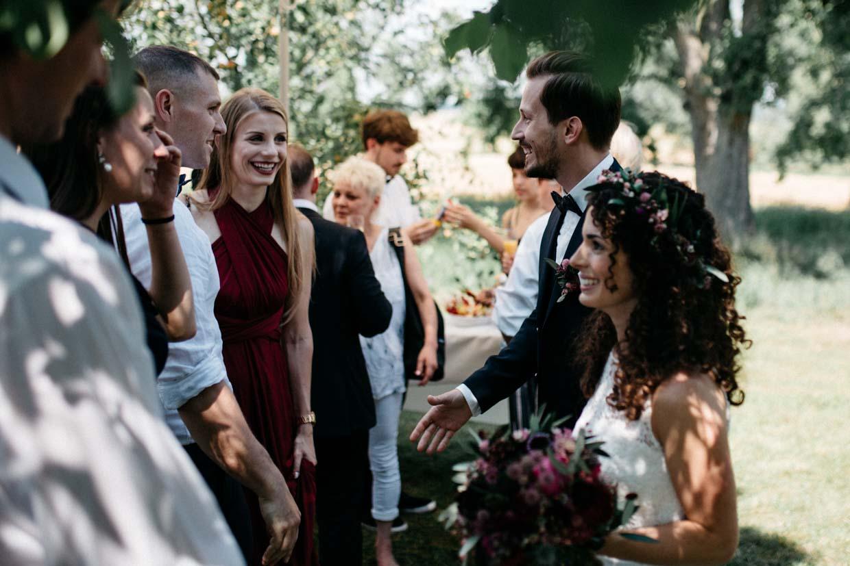 Hochzeitsgäste gratulieren dem Brautpaar