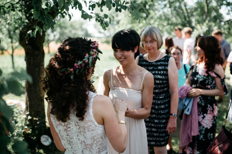 Trauzeugin gratuliert der Braut