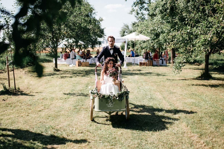 Brautpaar fährt mit altem Fahrrad mit Sitzkorb