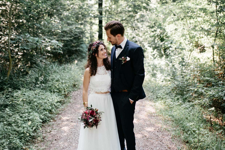 Brautpaar schaut sich beim Brautpaarshooting an