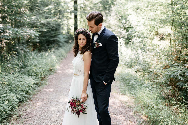 Brautpaar steht cool nebeneinander