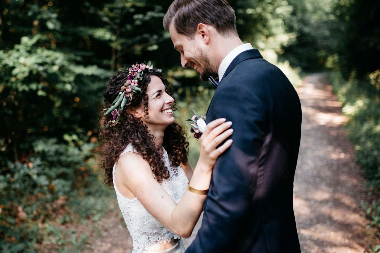 Brautpaar steht sich gegenüber und lacht authentisch