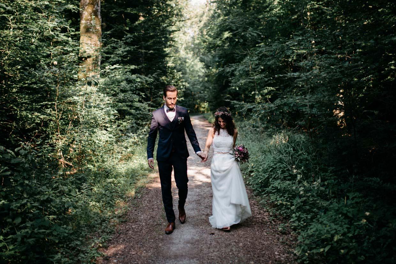 Brautpaar geht gemeinsam im Wald spazieren