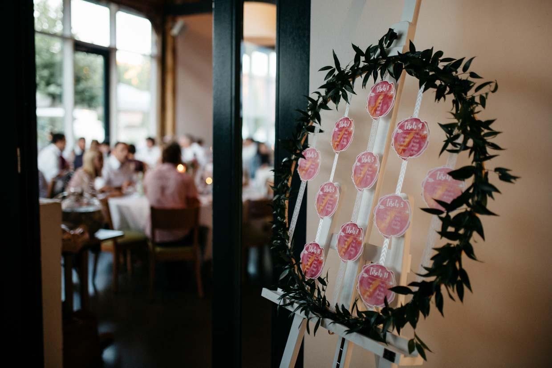 Sitzplan und Hochzeitsgäste im Hintergrund