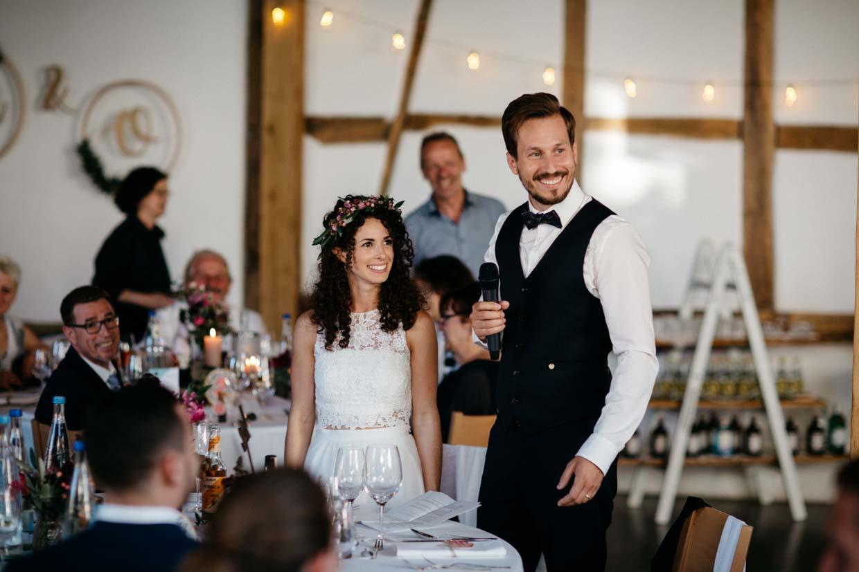 Brautpaar hält eine Rede und lächelt