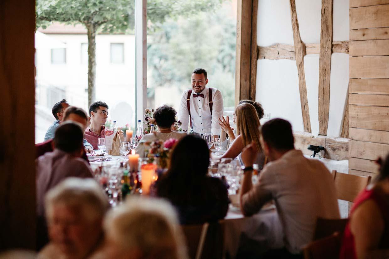 Hochzeitsgäste unterhalten sich