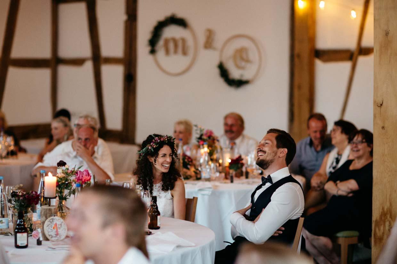 Brautpaar schaut sich eine Beamer-Show an und freut sich