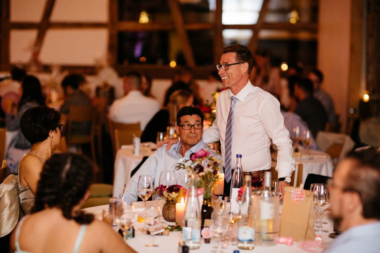 Hochzeitsgäste genießen den Abend