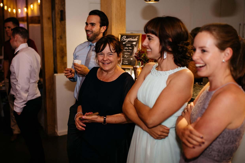 Hochzeitsgäste freuen sich